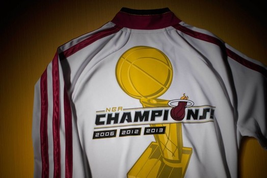 46c1a8d9f Miami Heat Wearing Gold Championship Jerseys On Opening Night!